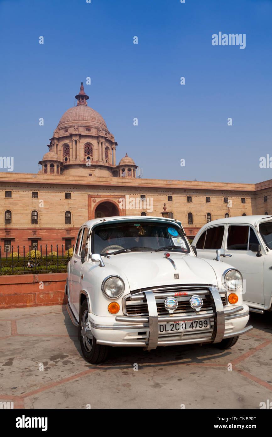 India, Uttar Pradesh, New Delhi, Government Buildings and Ambassador car - Stock Image