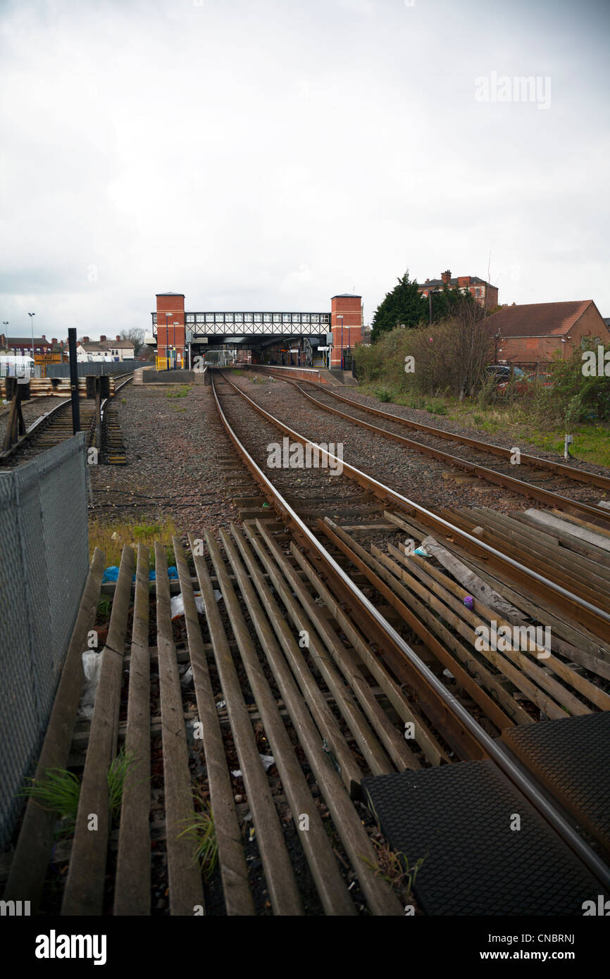 Grimsby Town, North Lincolnshire, England bridge crossing tracks leading to train station and platform - Stock Image