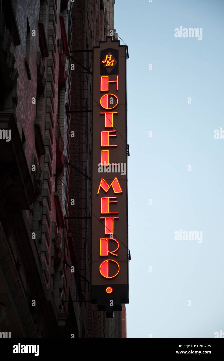 The exterior sign of the Hotel Metro at 45 West 35th Street, Manhattan, New York City, USA. - Stock Image
