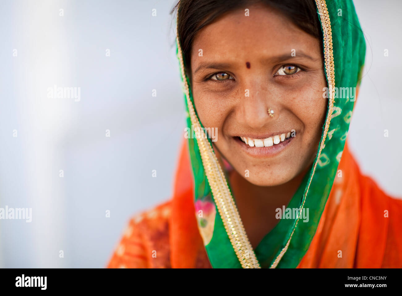 India, Rajasthan state, Pushkar, portrait of a young female singer from a gypsy family - Stock Image