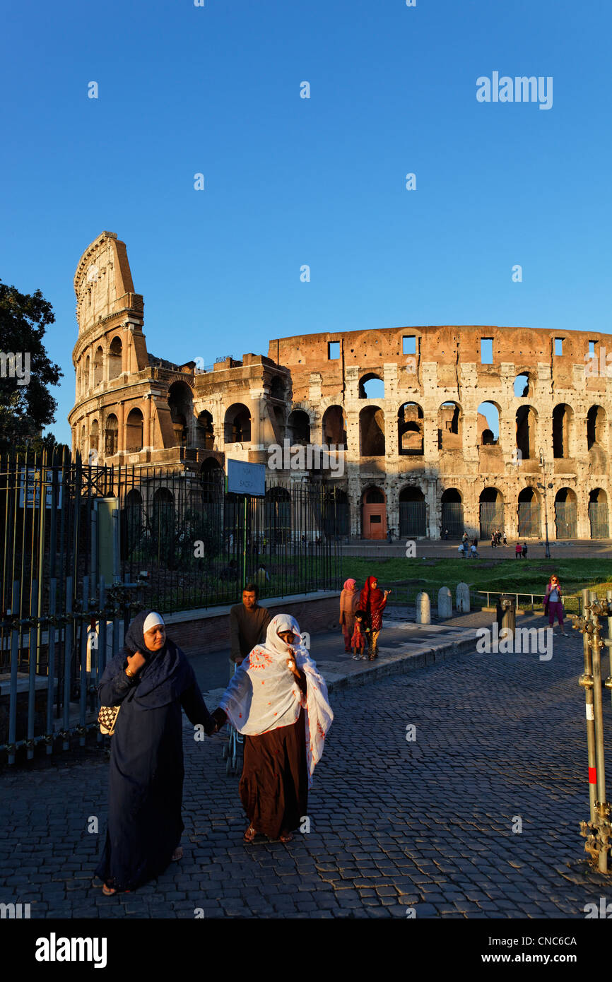 Italy, Lazio, Rome, historical center listed as World Heritage by UNESCO, Muslim women on the Sacred way, Coliseum - Stock Image