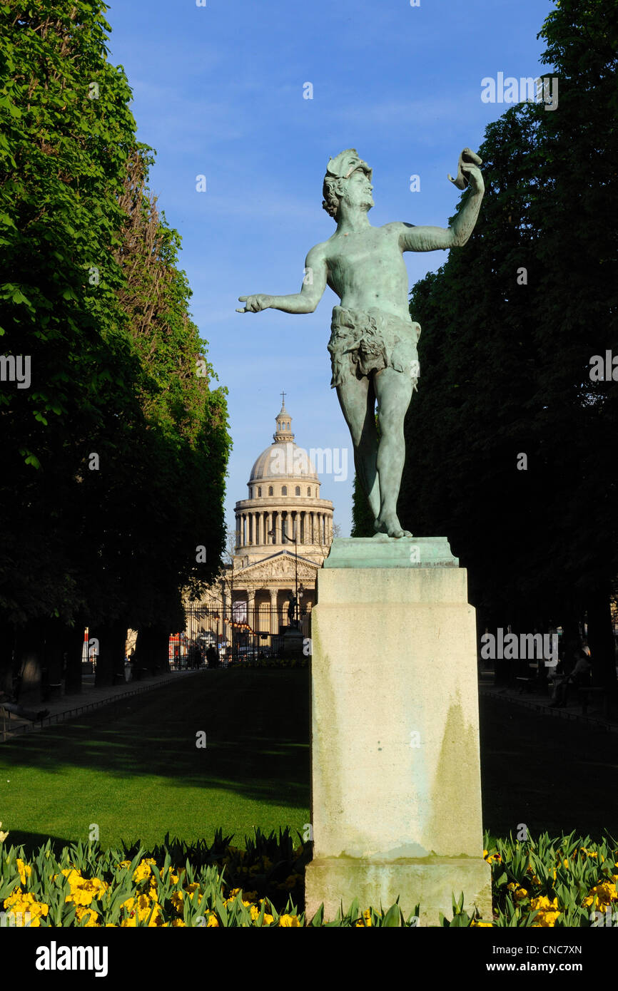 France, Paris, Greek Actor by Charles Arthur Bourgeois at the jardin du Luxembourg with the Pantheon in the background - Stock Image
