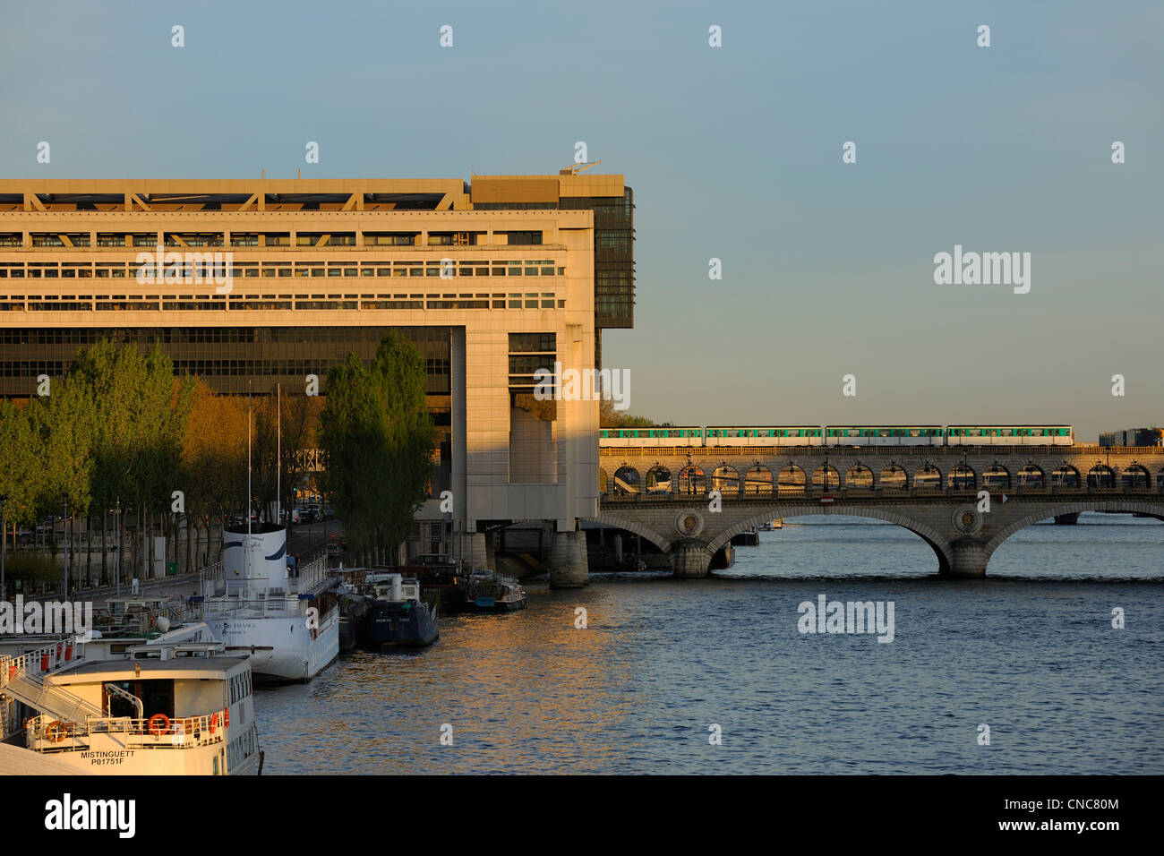 France, Paris, Pont de Bercy and Ministry of the Economy and Finances by the architects Paul Chemetov and Borja - Stock Image
