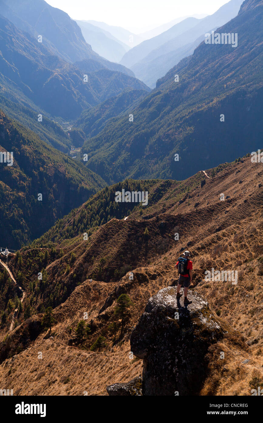 Trekker above the Dudh Kosi valley. - Stock Image