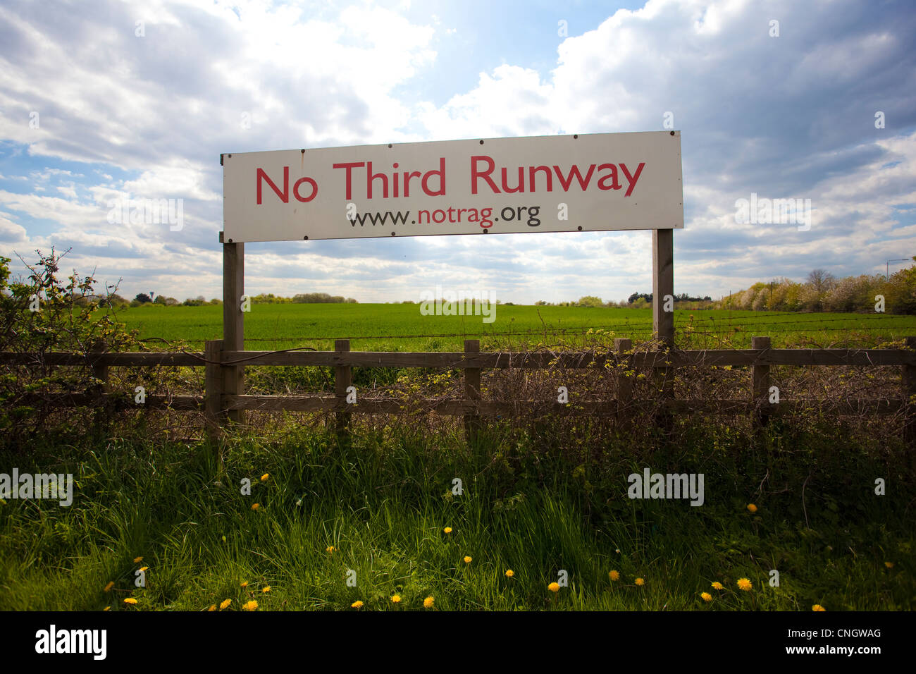 'No Third Runway' sign on Sipsen Road,  location for for the third runway at Heathrow Airport. - Stock Image