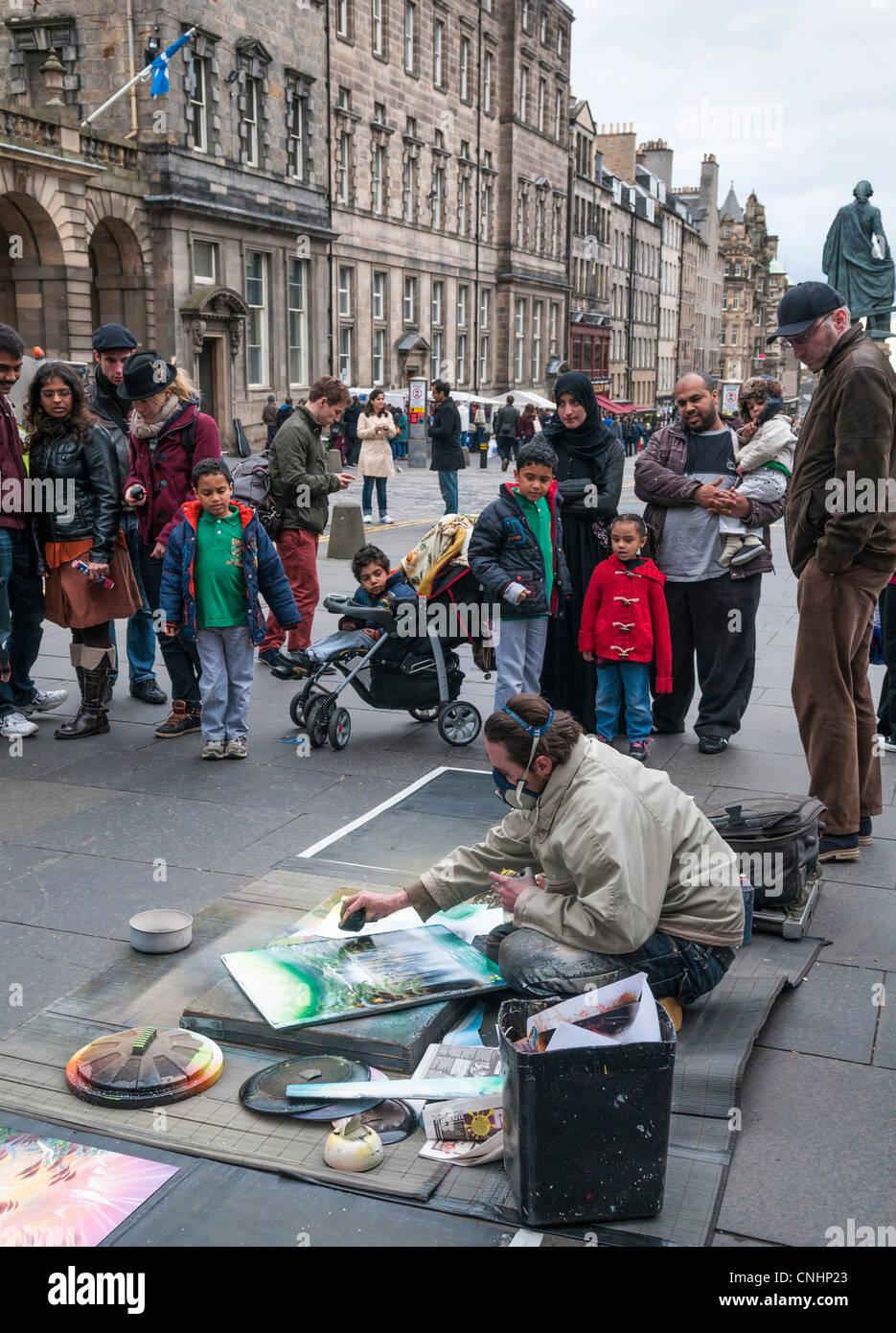 Pavement artist on the Royal Mile, Edinburgh - Stock Image