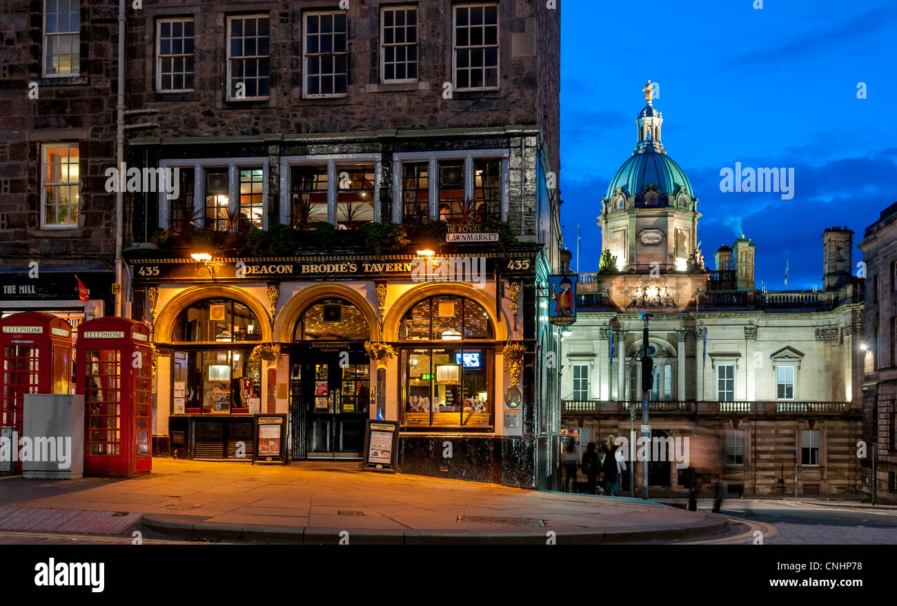 The famous Deacon Brodies pub on the Royal Mile in Edinburgh, Scotland, street scene - Stock Image