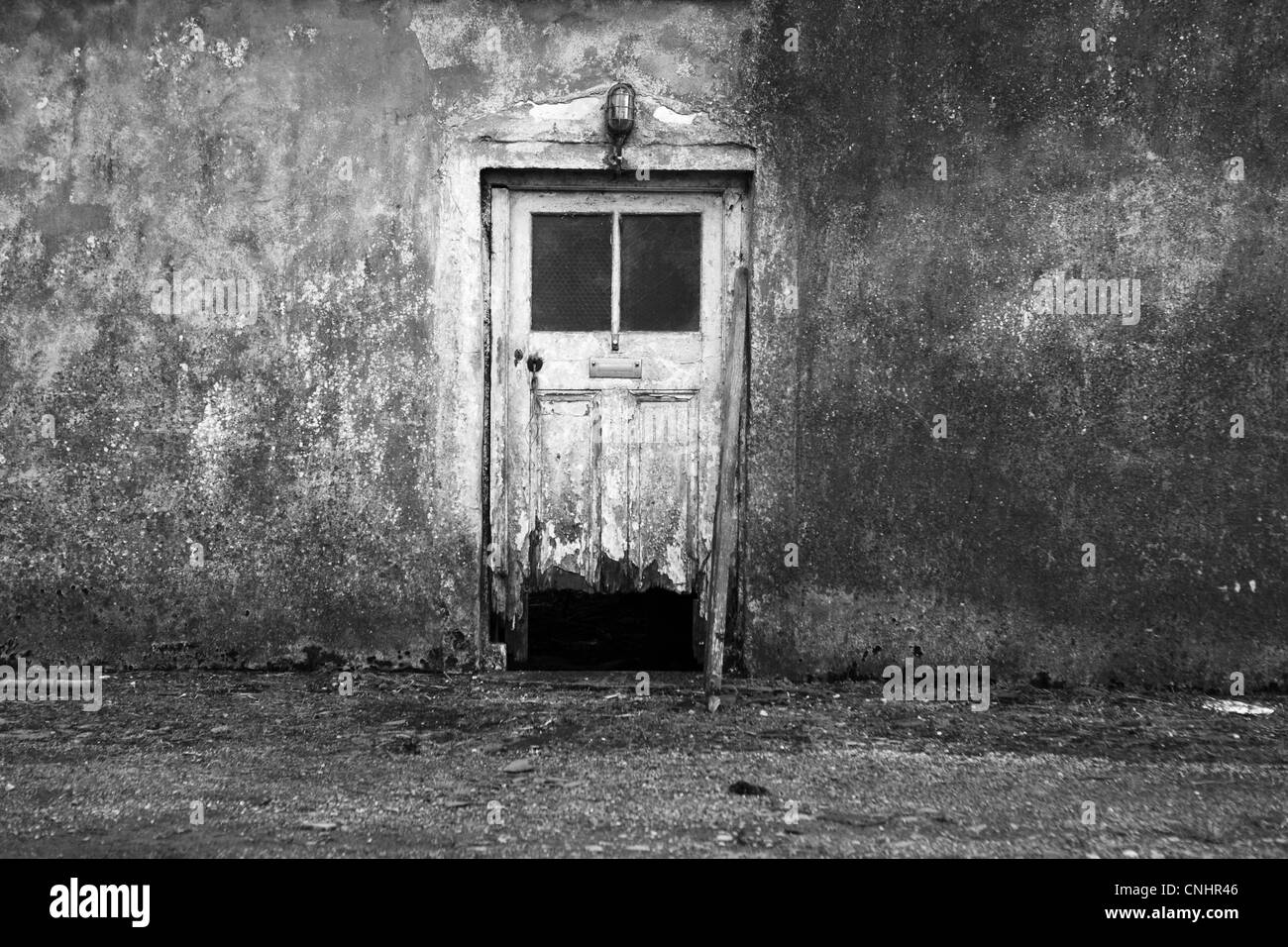 Decaying farm house with door - Stock Image