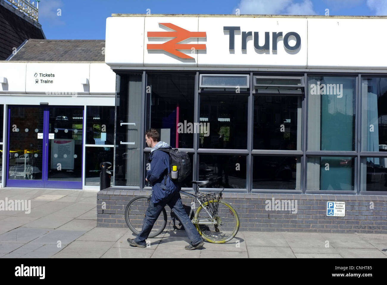A man with his bike at Truro station - Stock Image