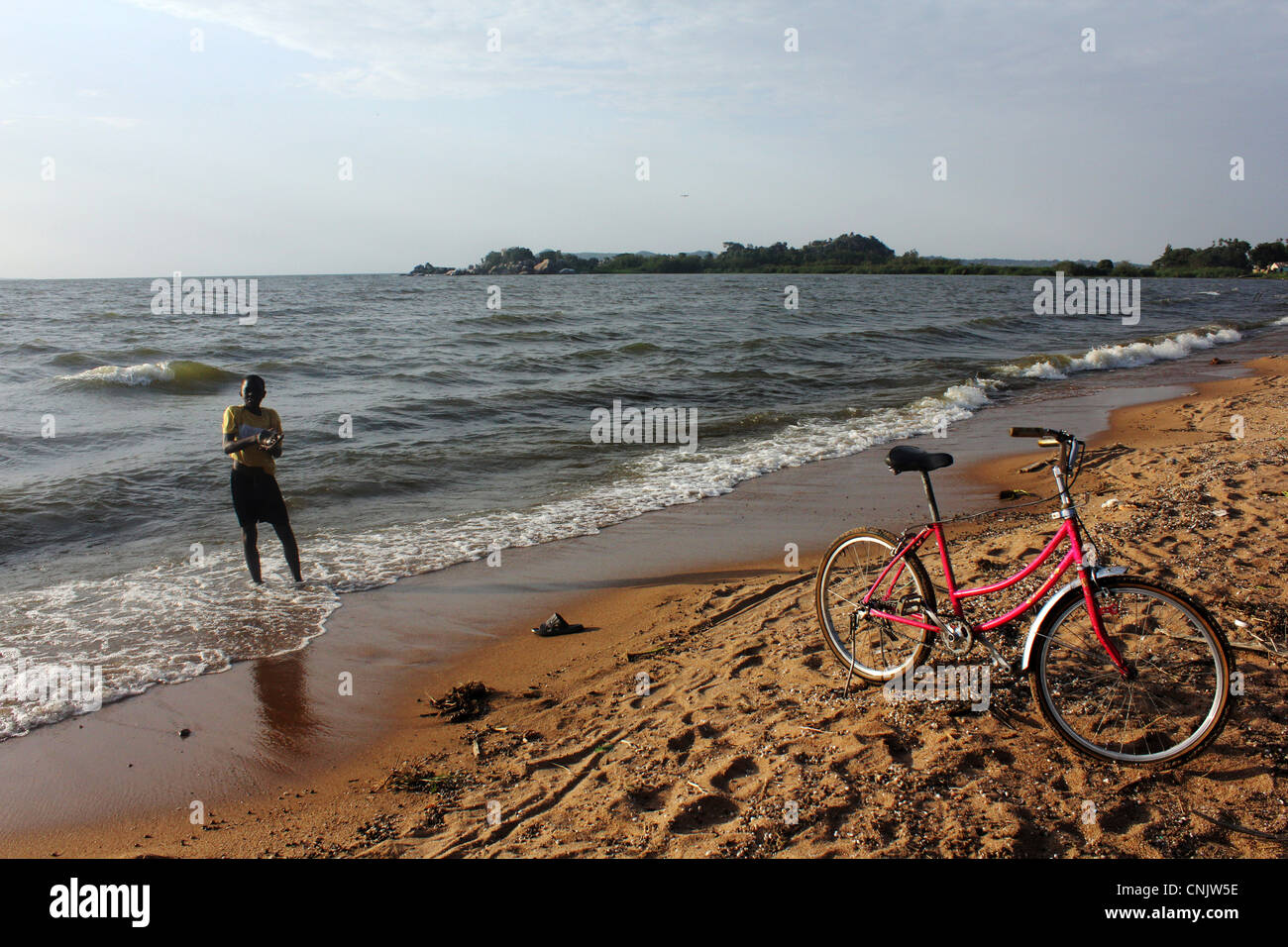 Children bathing and playing at the shore of Victoria lake, Musoma, northern Tanzánie - Stock Image