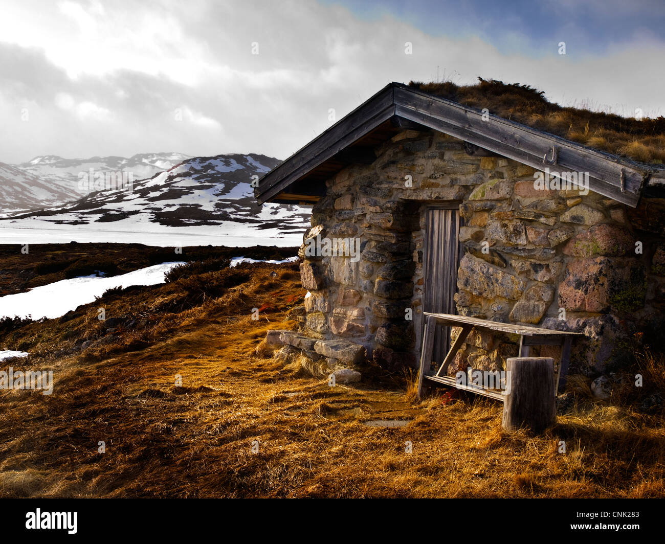 old mountain cabin on the Hardanger plateau in Norway - Stock Image