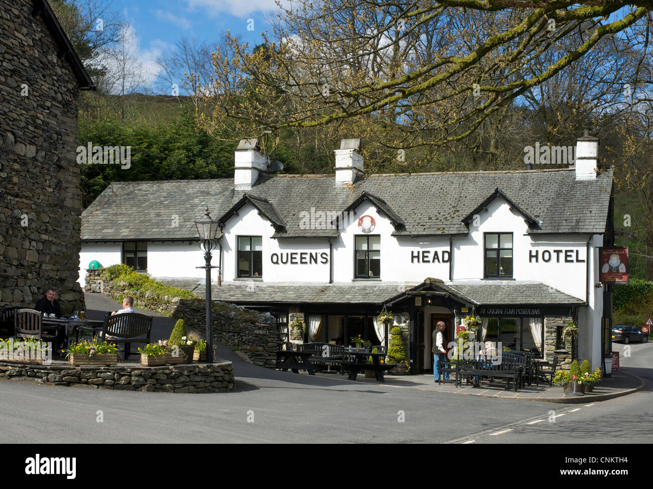 Drinkers outside the Queens Head Hotel, in the village of Troutbeck, Lake District National Park, Cumbria, England - Stock Image