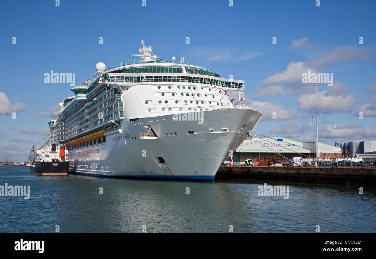 Royal Carribean Independence of the Seas at the City Cruise Terminal, Southampton Docks, Hampshire, England - Stock Image