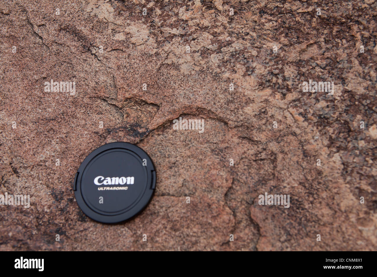 A finer grained granitic material intruding a coarser grained host granite as a dyke at Wave Rock, Hyden, Australia. - Stock Image