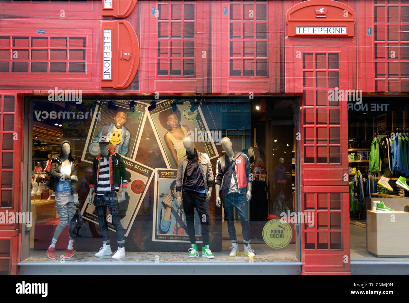 Carnaby Street fashion shop with red telephone box frontage, London ... bf053300a61