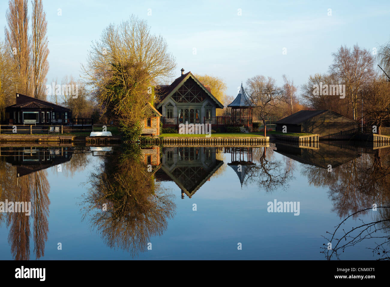 Summer houses reflected in the River Thames near Shiplake Lock in the Chilterns Oxfordshire England UK - Stock Image