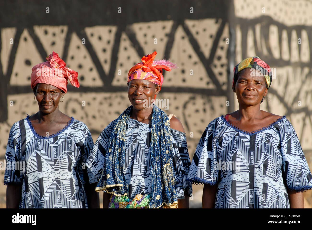 Burkina Faso , village Sesuala near Pó, ethnic Kassena, women group produce fair trade shea butter from Shea nuts Stock Photo