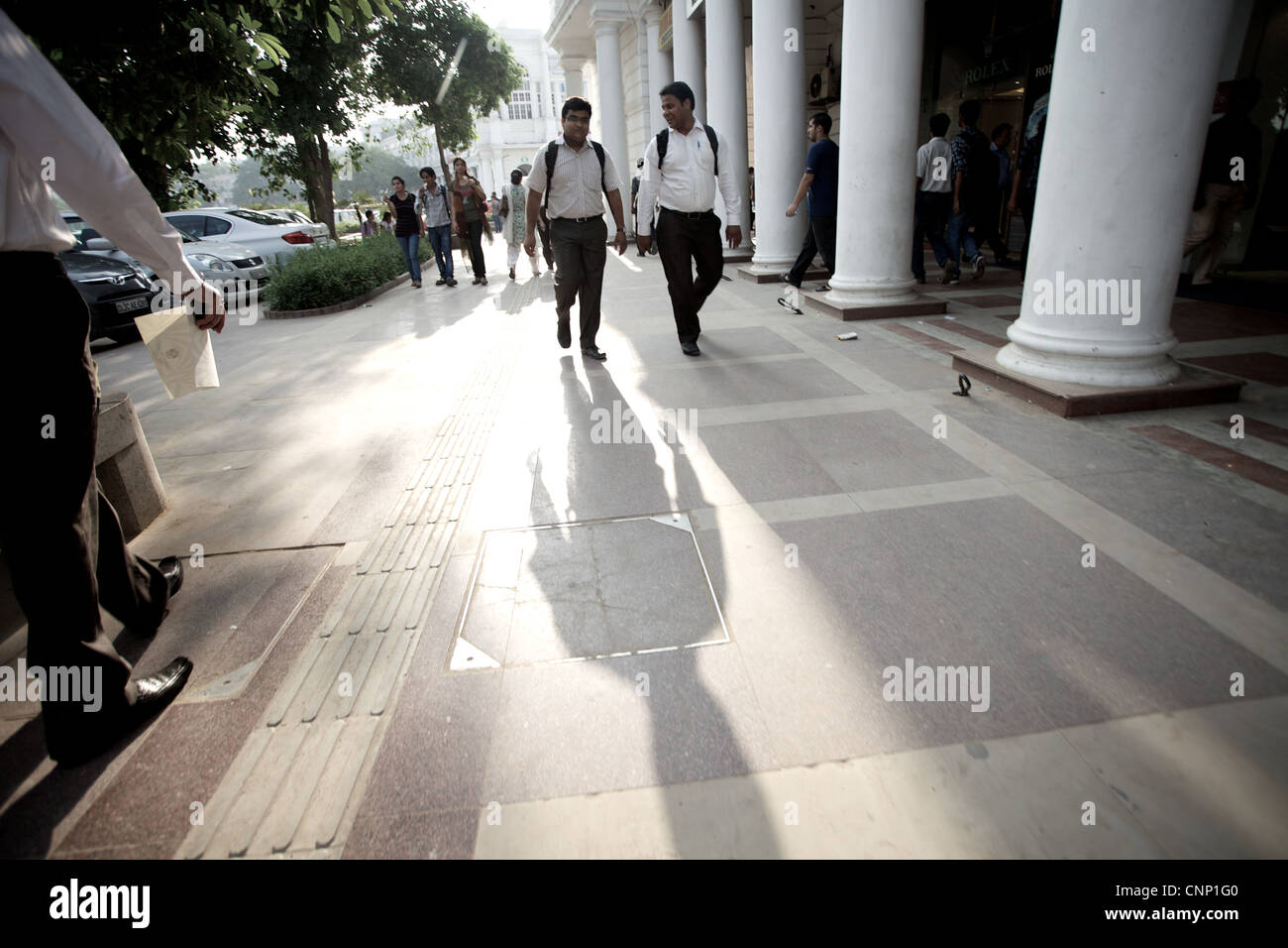 Shoppers at Connaught Place in New Delhi, India. - Stock Image