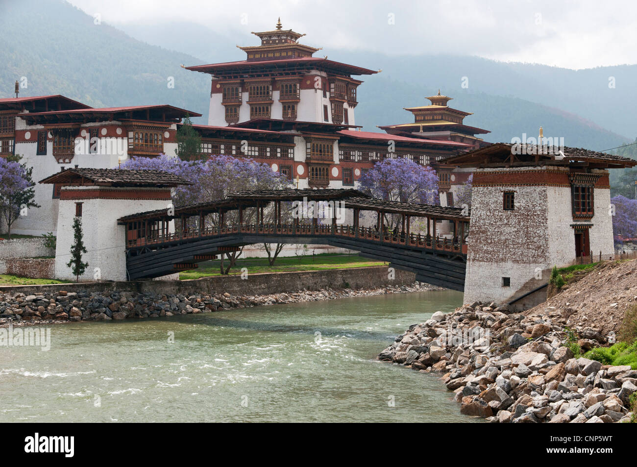 Asia, Bhutan. Cantilevered foot bridge near the entrance to the Punakha Dzong palace - Stock Image