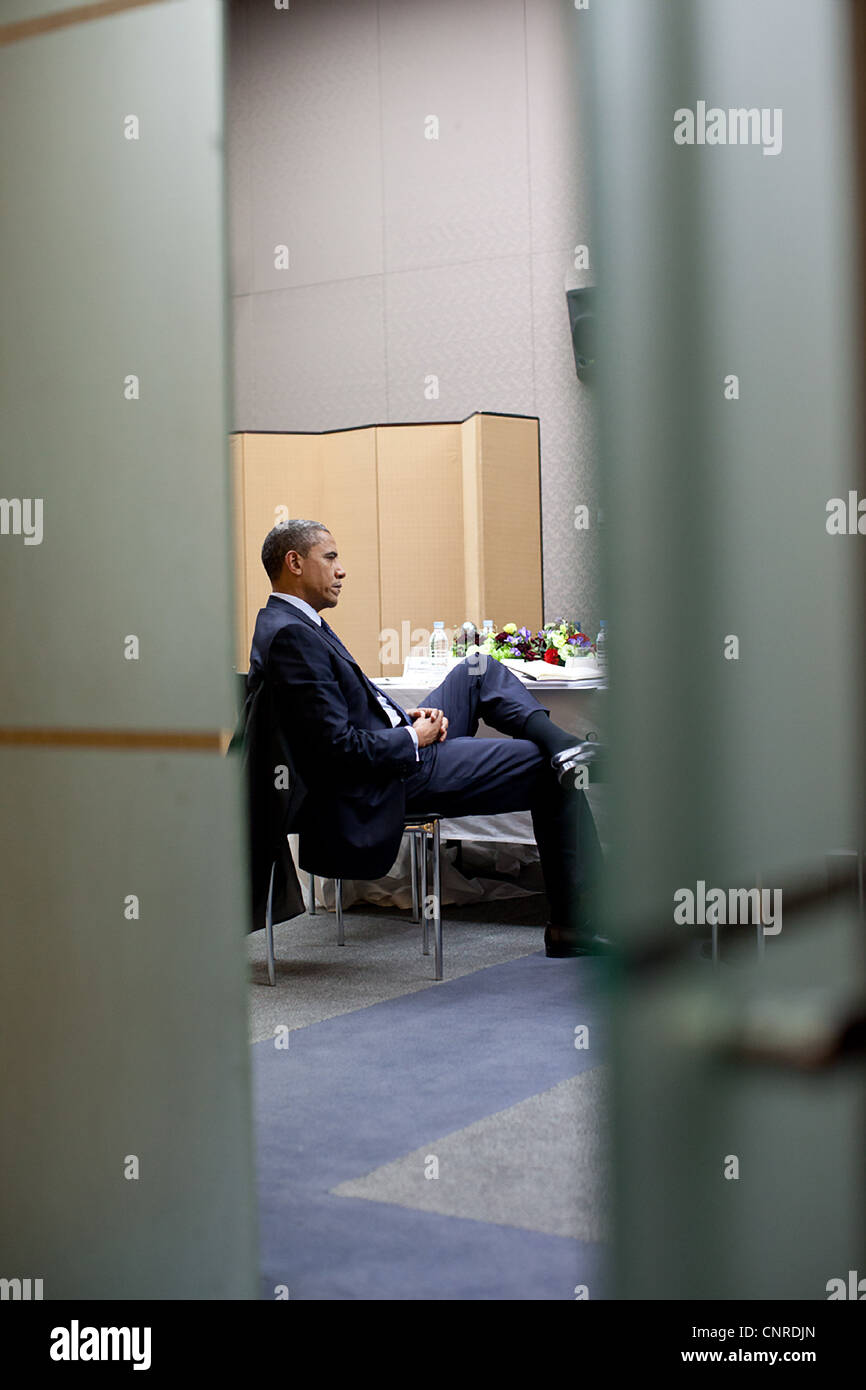 President Barack Obama talks with National Security Advisor Tom Donilon during a break in the Nuclear Security Summit - Stock Image