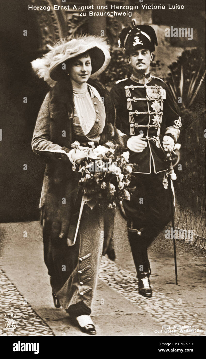 Ernest Augustus III, 17.11.1887 - 30.1.1953, Duke of Brunswick 2.11.1913 - 8.11.1918, full length, with wife Victoria - Stock Image