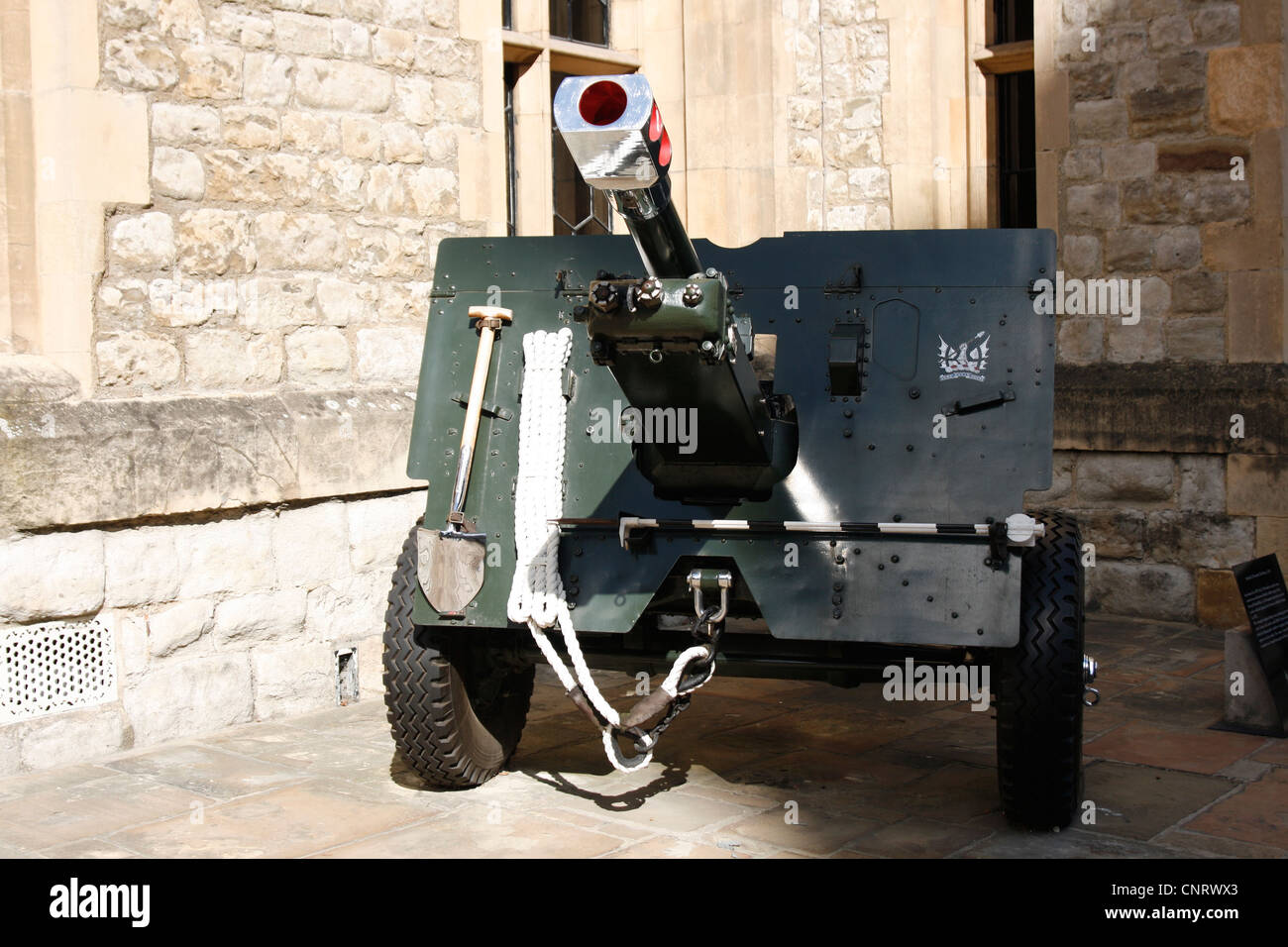 Tower of London - 25 pounder field gun, 1943. First used in 1939 the 25 pdr was the most numerous British artillery - Stock Image