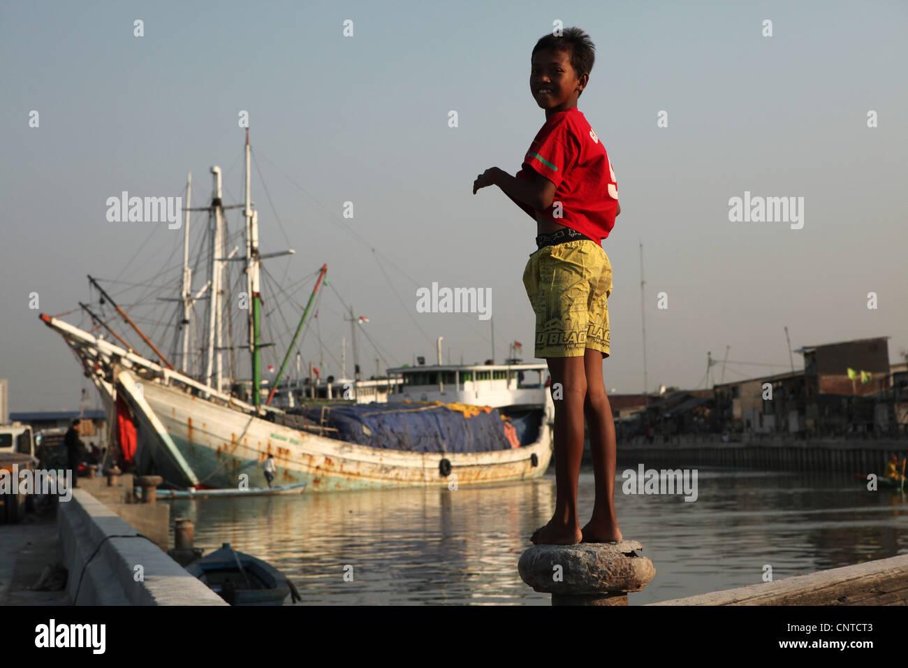 Wooden sailing ships called 'pinisi' in the historical port of Sunda Kelapa in Jakarta, Indonesia. - Stock Image