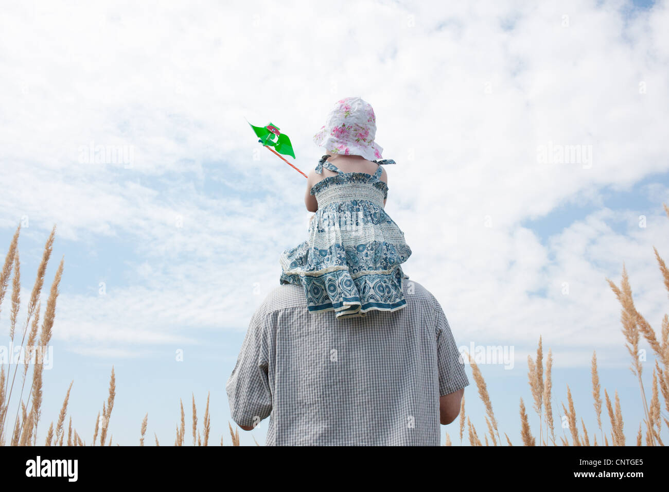 Man carrying daughter on shoulders - Stock Image