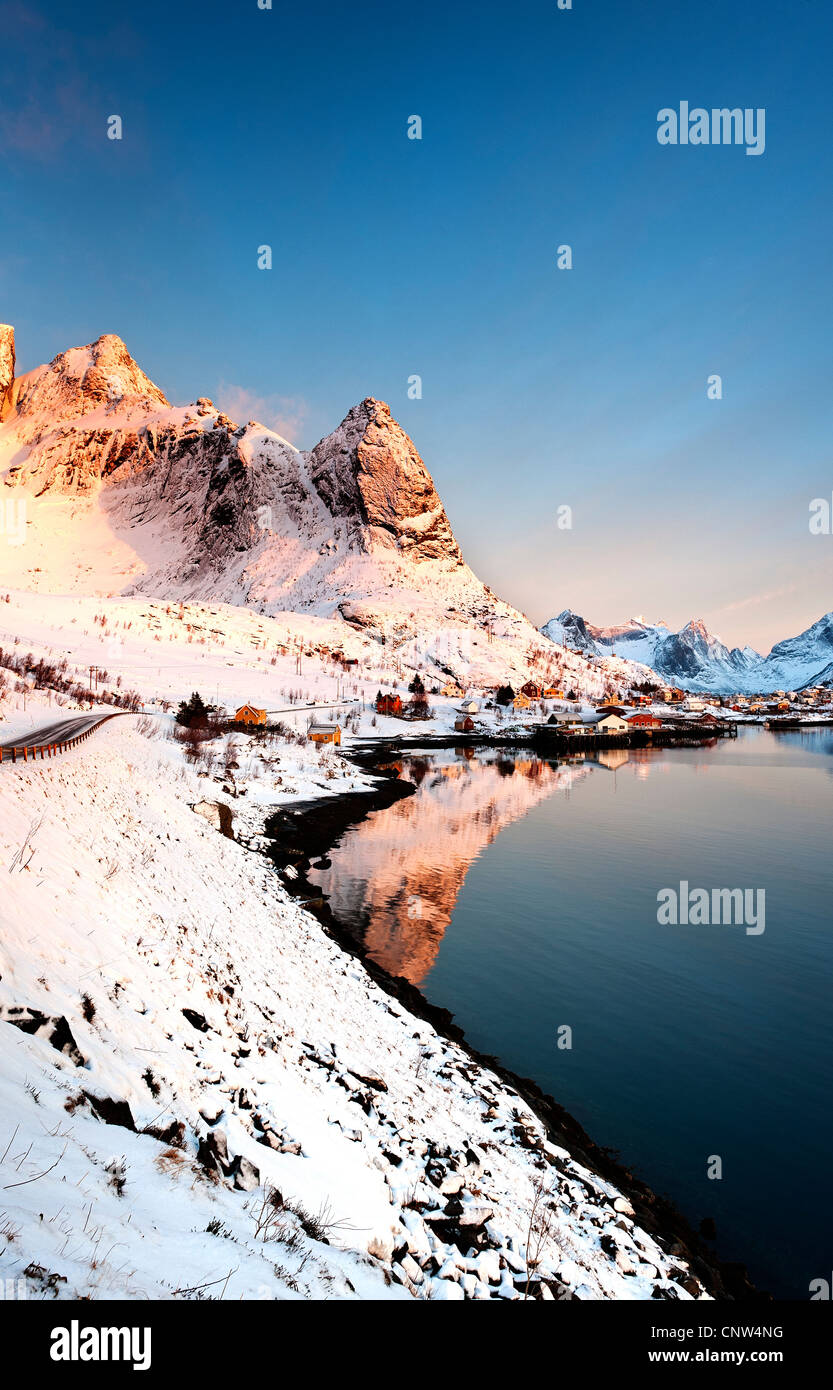 Sunrise over Narven and Reinebringen with Reine village in the foreground - Stock Image