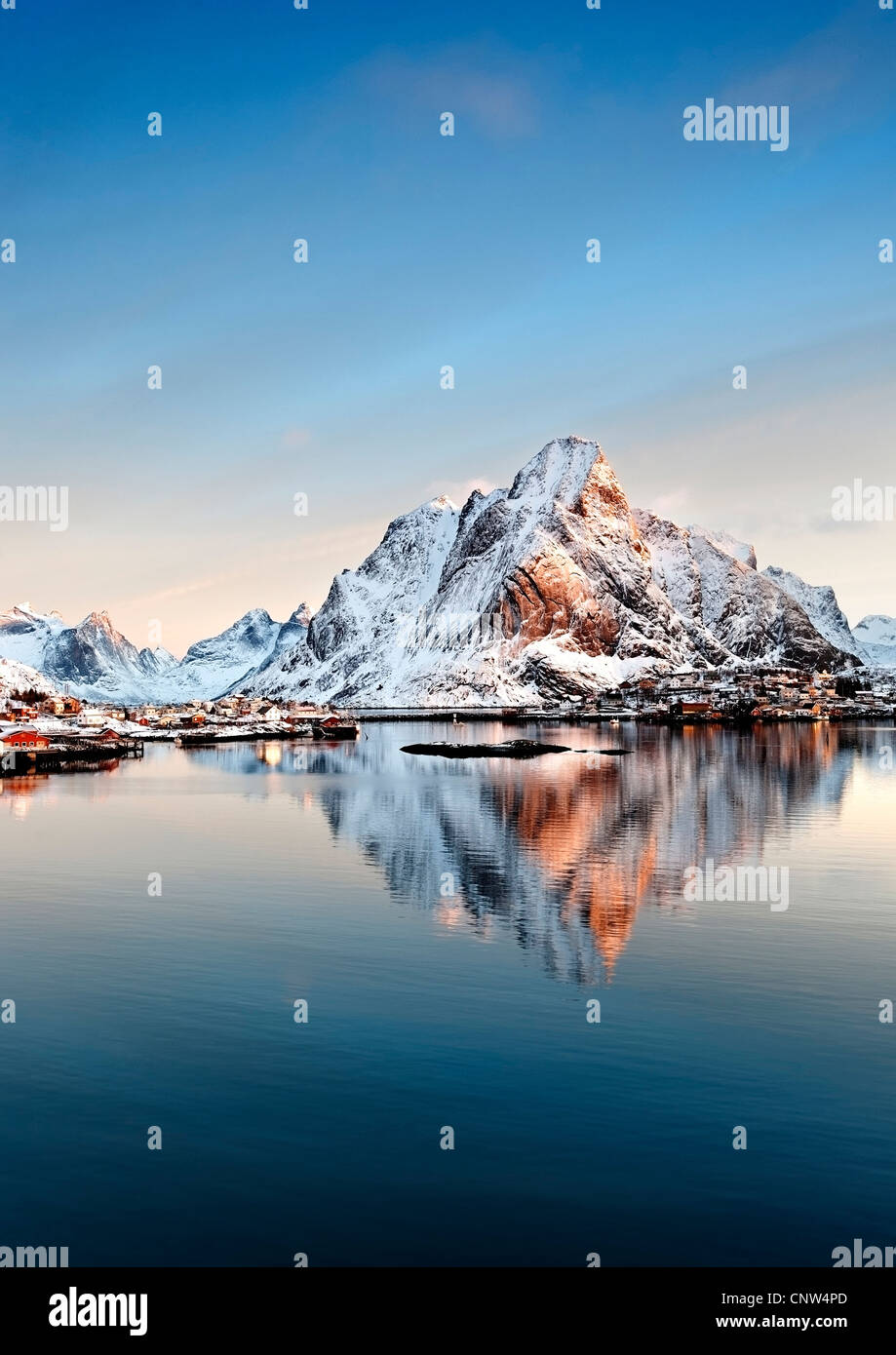 Sunrise over Olstind with Reine village in the foreground - Stock Image
