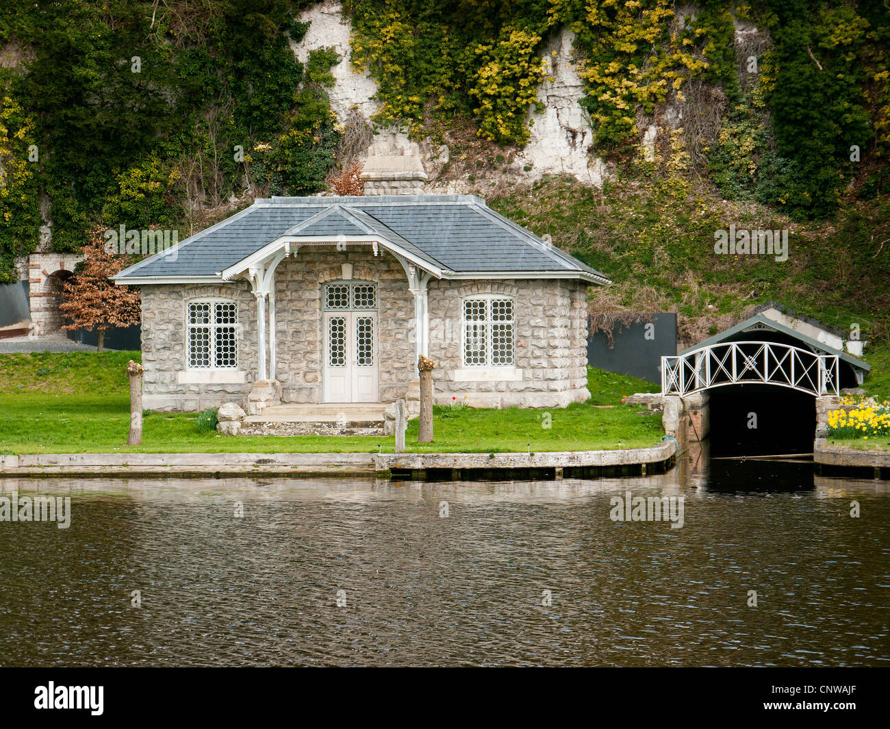 Picturesque stone riverside house on the stone riverside house River Thames, Oxfordshire, UK - Stock Image