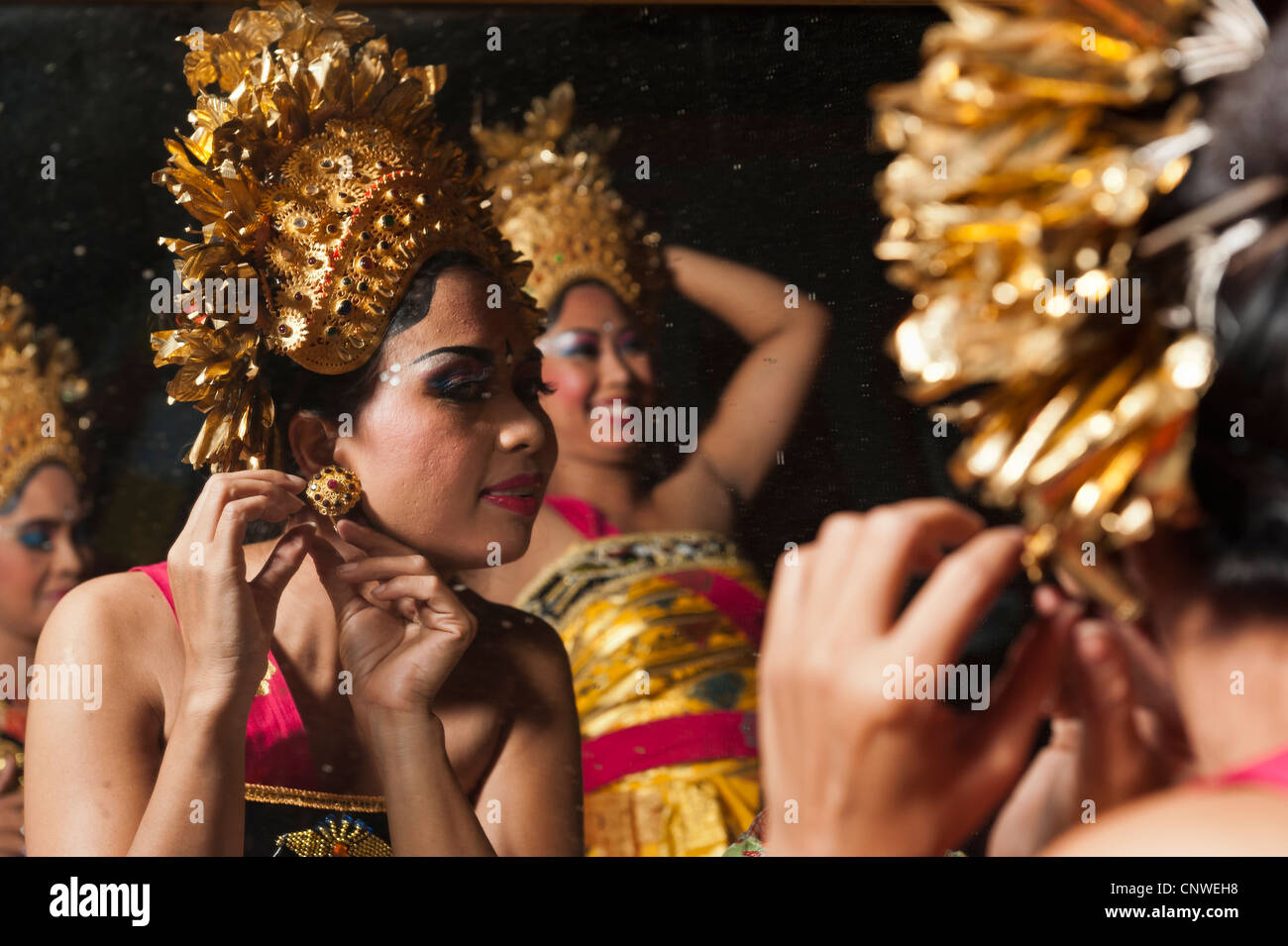 Balinese dancers getting ready for a show in Ubud, Bali, Indonesia - Stock Image