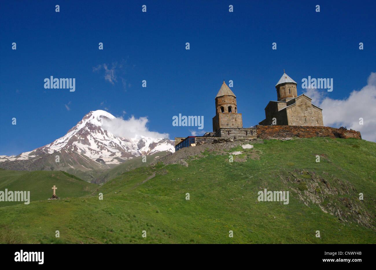 dormant stratovolcano Mount Kazbek (5.047 m), on the mountain range in the foreground the domed Tsiminda Sameba - Stock Image