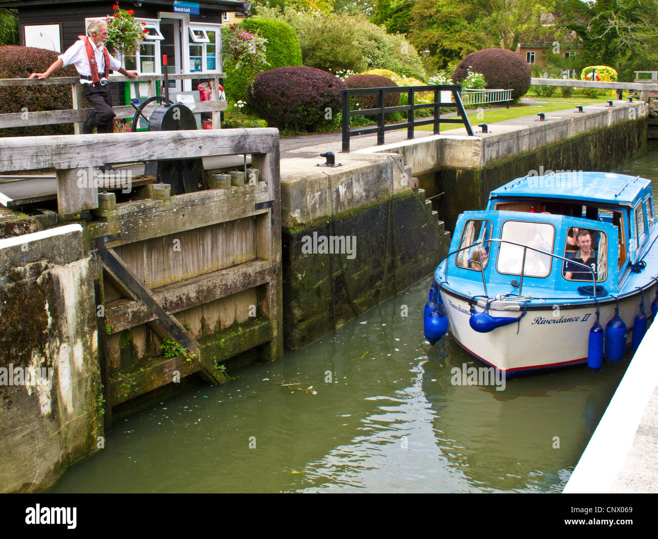 A motor cruiser passing through Buscot Lock, the smallest on the river Thames at Buscot Weir, Oxfordshire, England, Stock Photo