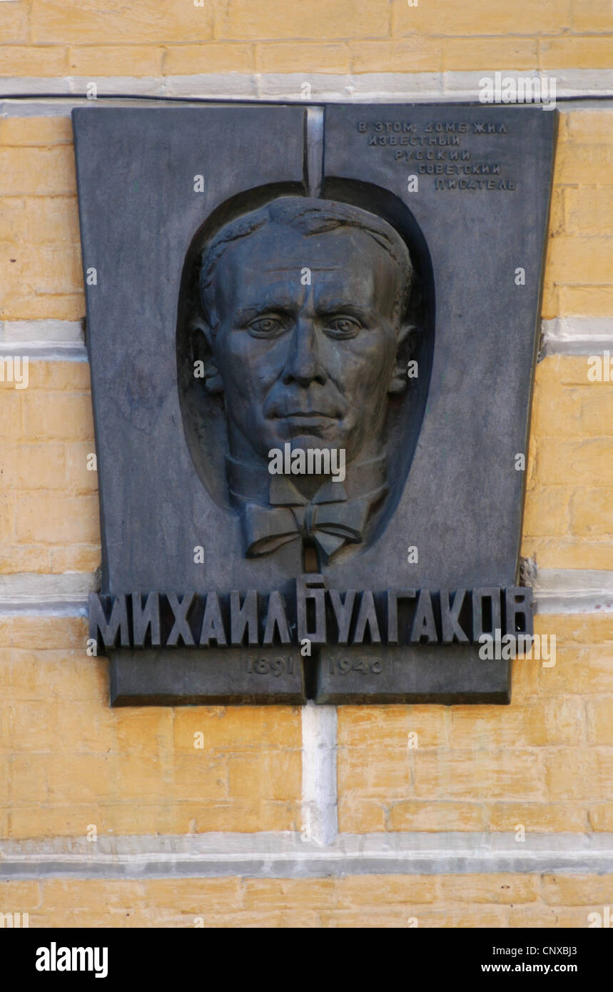 Commemorative plaque at the house of Russian writer Mikhail Bulgakov in Andriyivskyy Descent in Kiev, Ukraine. - Stock Image