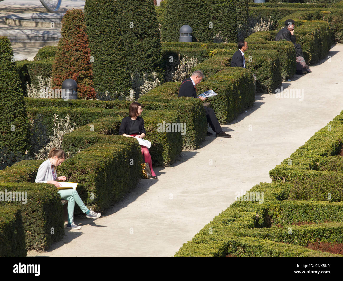 People reading in the Kunstberg park, Brussels city center, Belgium - Stock Image