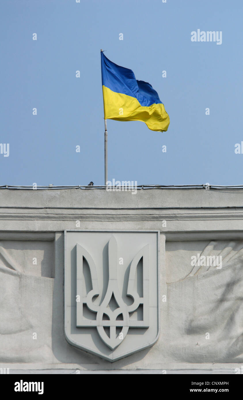 Ukrainian national flag and the Tryzub (coat of arms) on the building of the Ministry of Foreign Affairs Kiev, Ukraine. - Stock Image