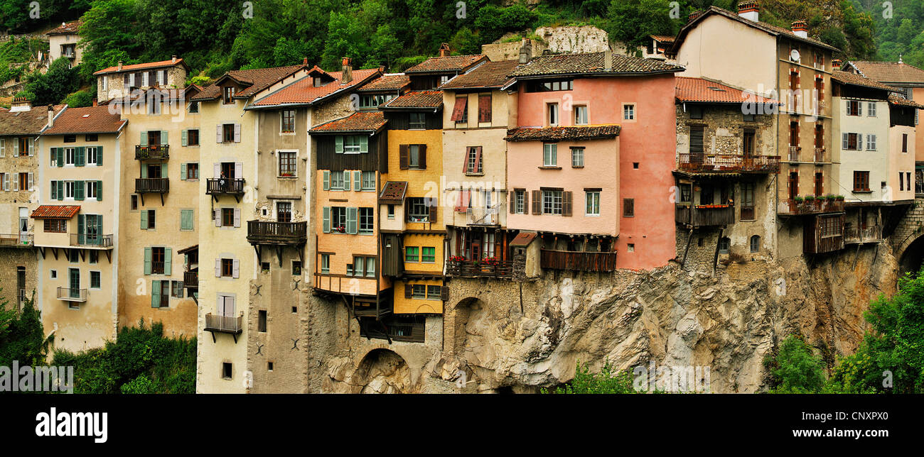old houses picturesquely built at the slope of a canyon, France, Is�re, Rh�ne-Alpes, Pont en Royans - Stock Image