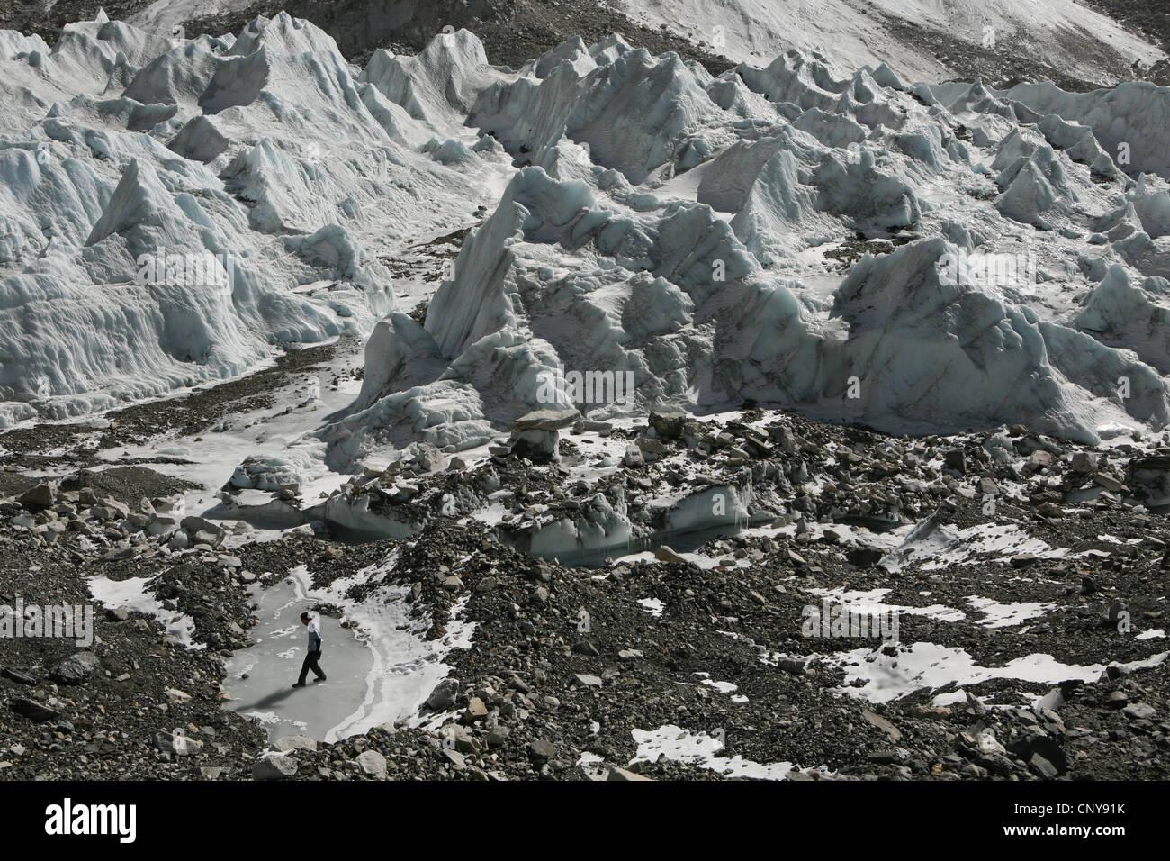 Khumbu glacier near the Everest Base Camp (5,364 m) in Khumbu region in the Himalayas, Nepal. - Stock Image