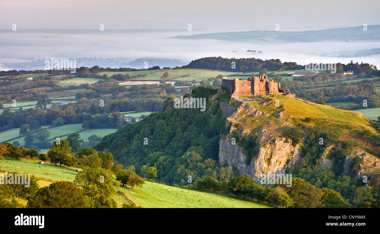 Carreg Cennen Castle at dawn on a misty summer morning, Brecon Beacons National Park, Carmarthenshire, Wales - Stock Image