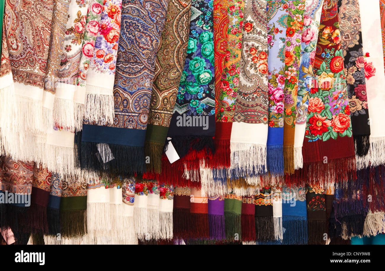 Russia, Suzdal Russian Traditional Pavlovo Posad Shawls on street market - Stock Image