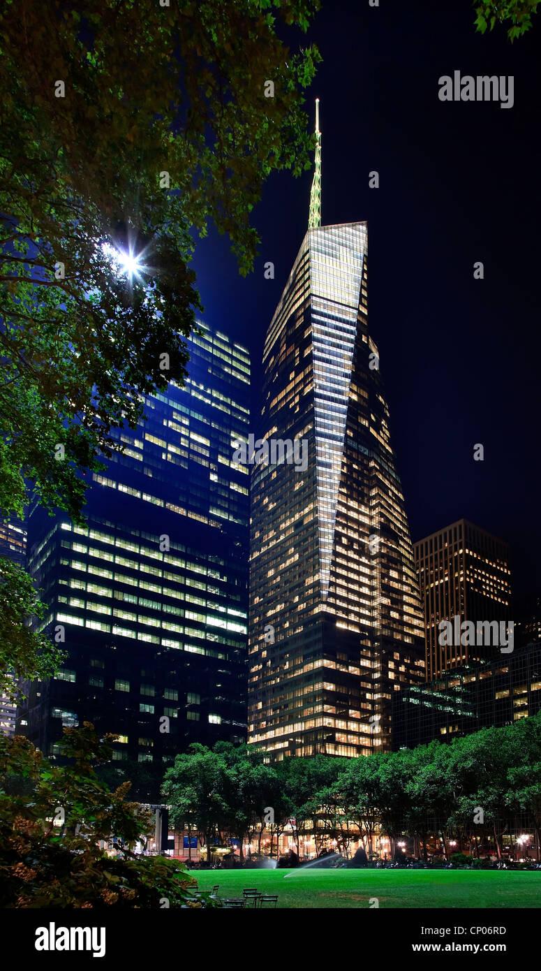 Bryant Park New York City Green Grass Skyline Apartment Buildings Bank of America Building Night - Stock Image