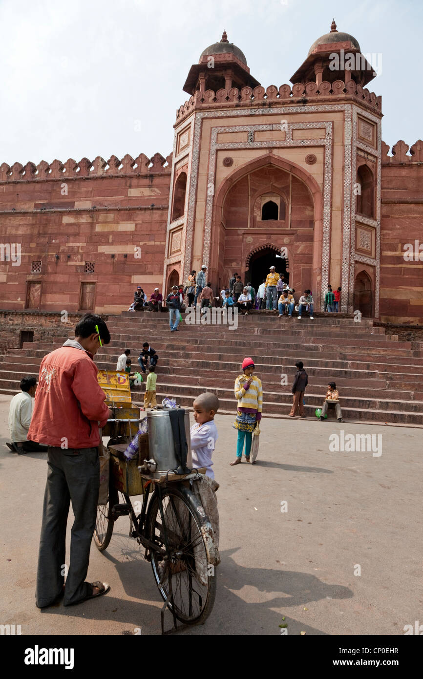 Fatehpur Sikri, India. Drink Vendor in front of Shahi Darwaza, the Eastern Gate into the Jama Masjid, or Dargah - Stock Image