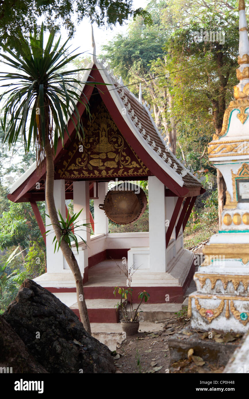 The gong shelter of a temple on the way to Mount Phu Si summit, at Luang Prabang (Laos) Abri d'un gong de temple - Stock Image