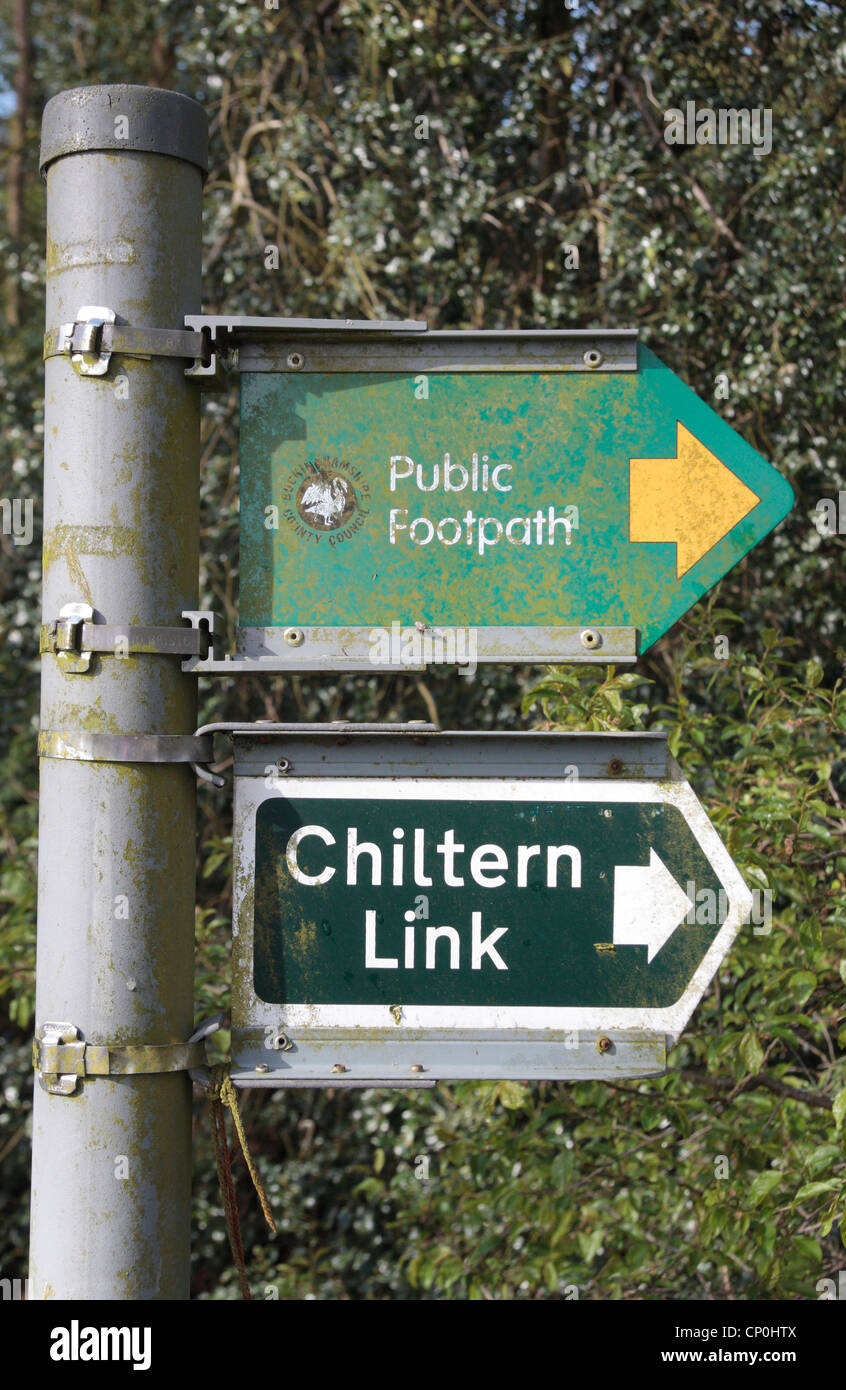 Signs showing the Chiltern Link footpath and a public footpath, near Wendover, Buckinghamshire, UK. - Stock Image
