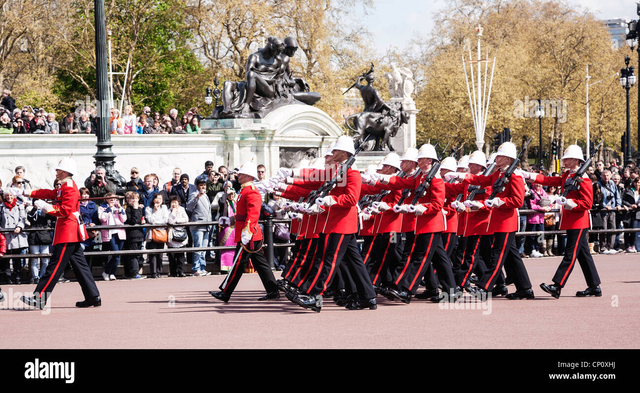 Changing of the guard outside Buckingham Palace, London, England. - Stock Image