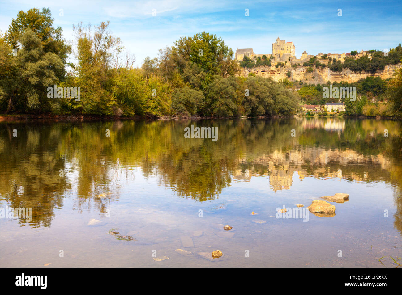 The River Dordogne at Beynac et Cazenac, Haute-Vienne, Limousin, France, on a fine sunny afternoon. - Stock Image