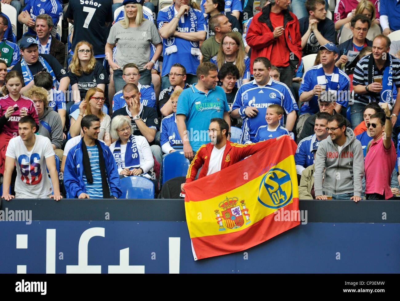 supporter of german Bundesliga club Schalke 04 with spanish flag - Stock Image