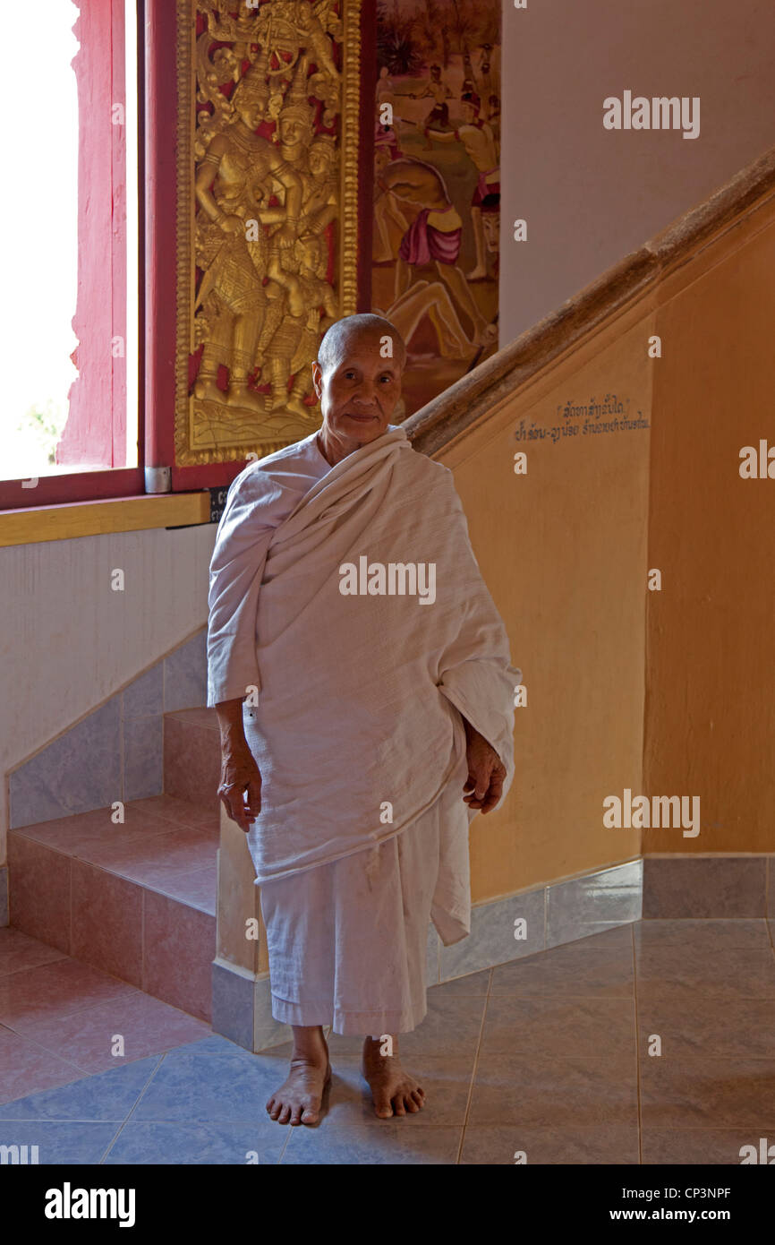 An old Buddhist nun at the Pa Phon Phao temple (Luang Prabang - Laos). Une nonne Bouddhiste âgée dans - Stock Image