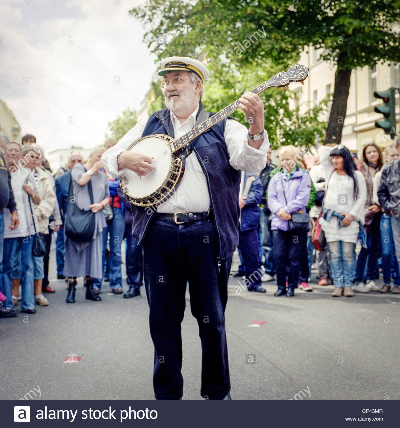 A musician plays a banjo at the Bergmannstraßenfest festival, Berlin, Germany - Stock Image